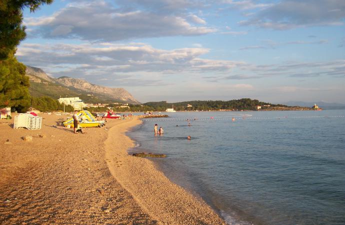 """пляж курорта """"Макарска""""."""